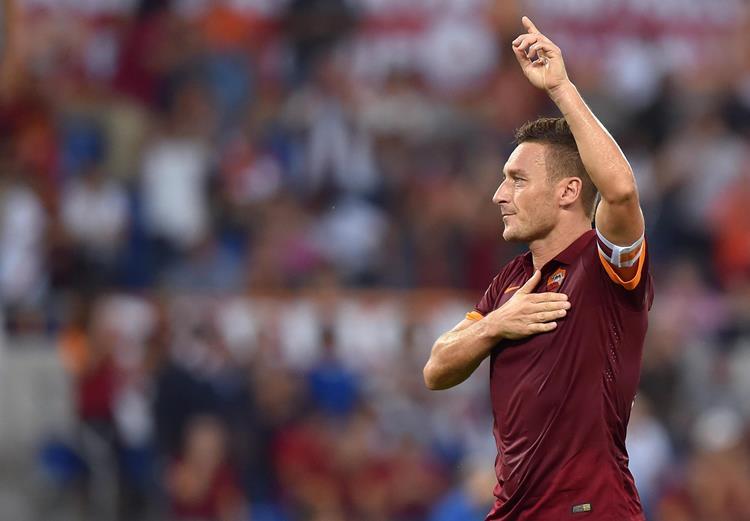 È la notte di Totti: doppietta all'86esimo e al 90esimo, Napoli a cinque punti