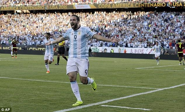 Parla (e sorride) Higuain: «I napoletani devono stare tranquilli, testa alla Nazionale» – VIDEO