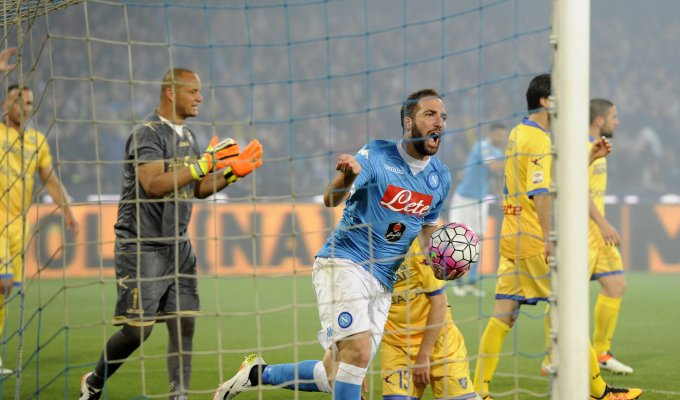 Napoli-Frosinone 4-0, pagelle / La storia viene demolita e riscritta sotto la pioggia