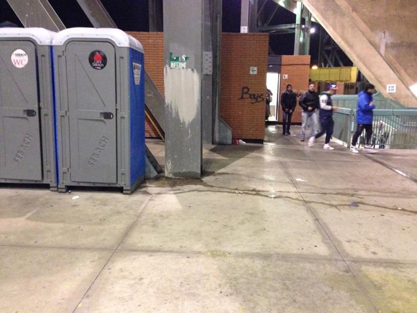 Tre bambini nei bagni del San Paolo: «papà, è solo una pipì»