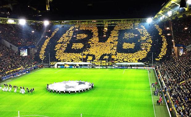Entrare allo stadio costa troppo, la protesta dilaga in tutta l'Europa. I tifosi del Borussia Dortmund lanciano palline da tennis in campo