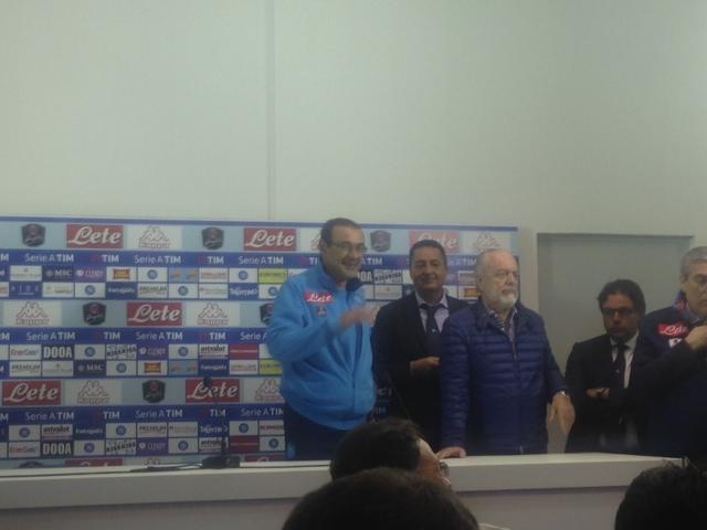 VIDEO/ De Laurentiis annuncia l'acquisto di Tonelli. E a Sarri: «Ora sono cazzi tuoi». Il mister: «Questo vuol dire che non compri più nessuno?»