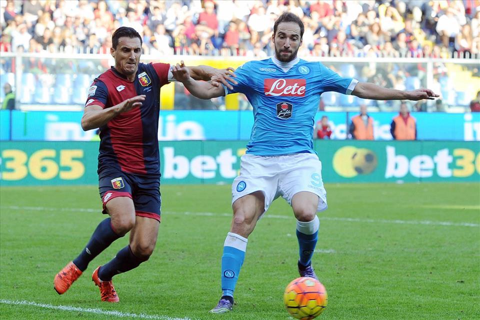 Genoa-Napoli, mammtweet / Nientidimeno che sulla trattenuta di Burdisso su Higuain pure Rafael si è alzato dalla panchina. RAFAEL!