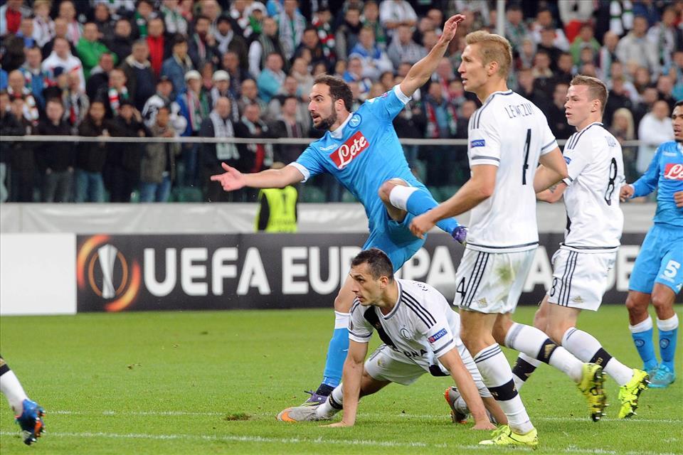Legia-Napoli 0-2 mammtweet / Stasera tornando a casa menate una seggiata ai vostri figli e dite: «Questa è la seggiata di HIGUAIN!»