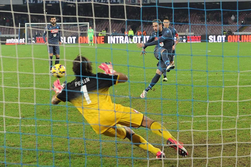 Solo nel calcio italiano c'è una giustizia ideale che ha soppiantato il regolamento