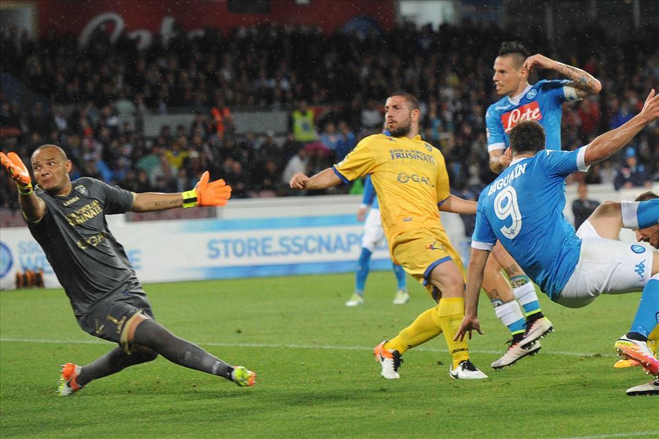 Quest'anno sono più i gol segnati da Higuain che i bestemmioni lanciati da Buffon. #maisuccesso. Onore al più grande bomber di sempre