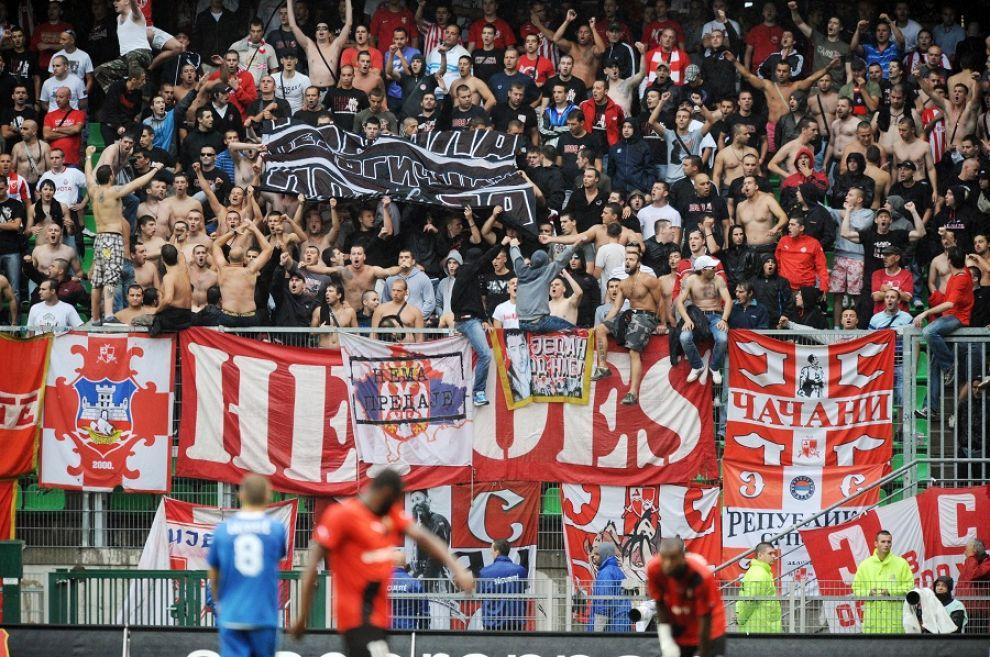 Scontri in Serbia, muore un tifoso della Stella Rossa. Rinviato il match contro il Borac