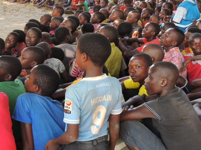 Tra i bambini in Mozambico spunta una maglietta del Napoli di Higuain