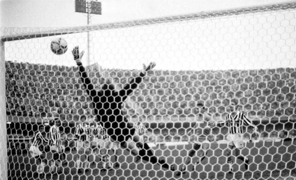 """a9696c4a7d3a6 La punizione di Maradona alla Juventus. Platini scoprì che """"a Napoli piove  sempre"""""""