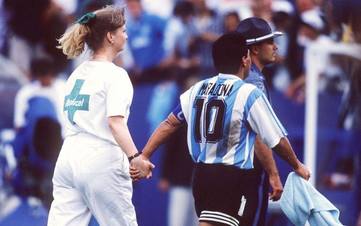 «Giocò, vinse, pisciò, fu sconfitto». Maradona secondo Galeano