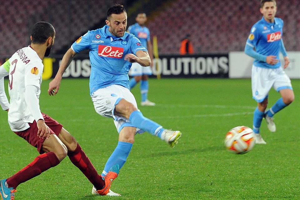 Napoli-Trabzonspor 1-0 / Il lancio di Mertens per Callejon, Mesto che tira facendo finta di non vedere Higuain