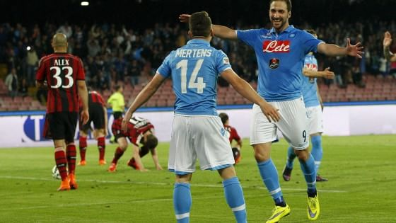 Contro un Milan in dieci, gli azzurri impiegano 70 minuti prima di sfondare. Guadagnati due punti sul terzo posto della Lazio