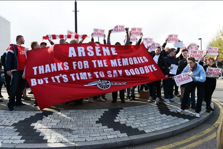 I tifosi dell'Arsenal contestano Wenger: «È ora di cambiare». E lui attacca l'ambiente