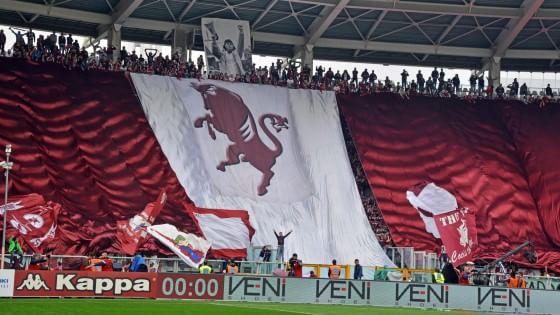 Altro sostegno per il Napoli: un gruppo di tifosi del Torino spinge gli azzurri fuori lo Stadium