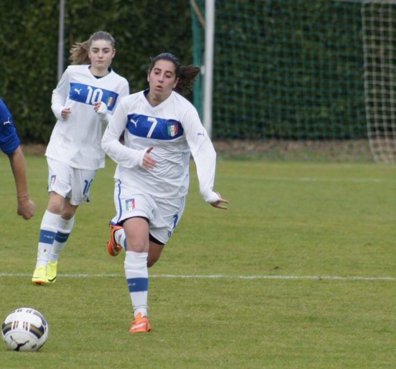 C'è una Massa nel Napoli femminile. Gioca all'ala e si chiama Azzurra: «Il calcio è una passione di famiglia ma il mio idolo è Kakà»