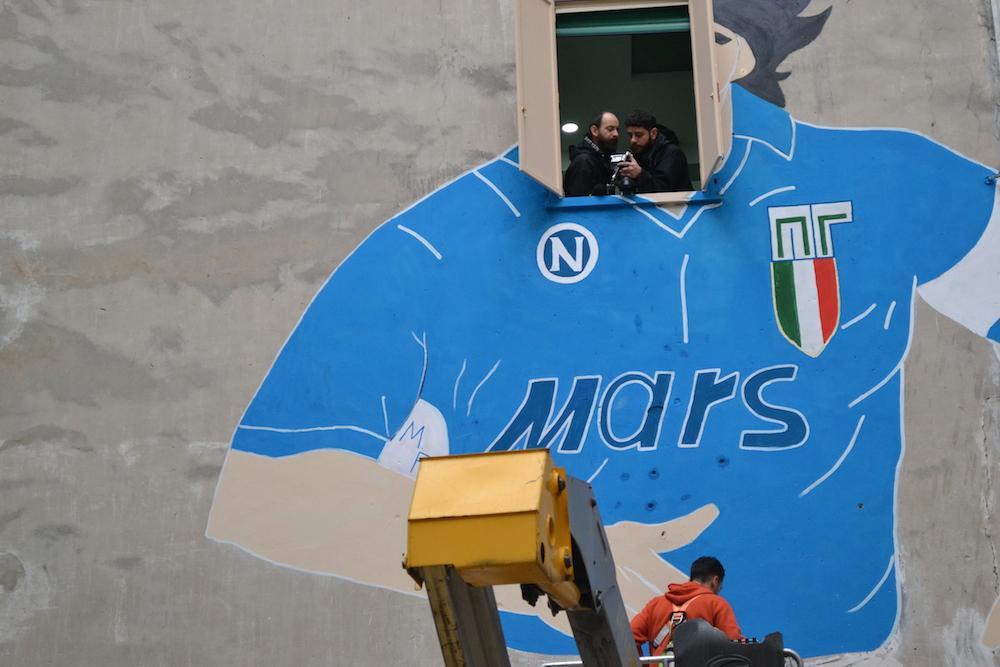 VIDEO/ I Quartieri Spagnoli si mobilitano per liberare Maradona dalle putrelle