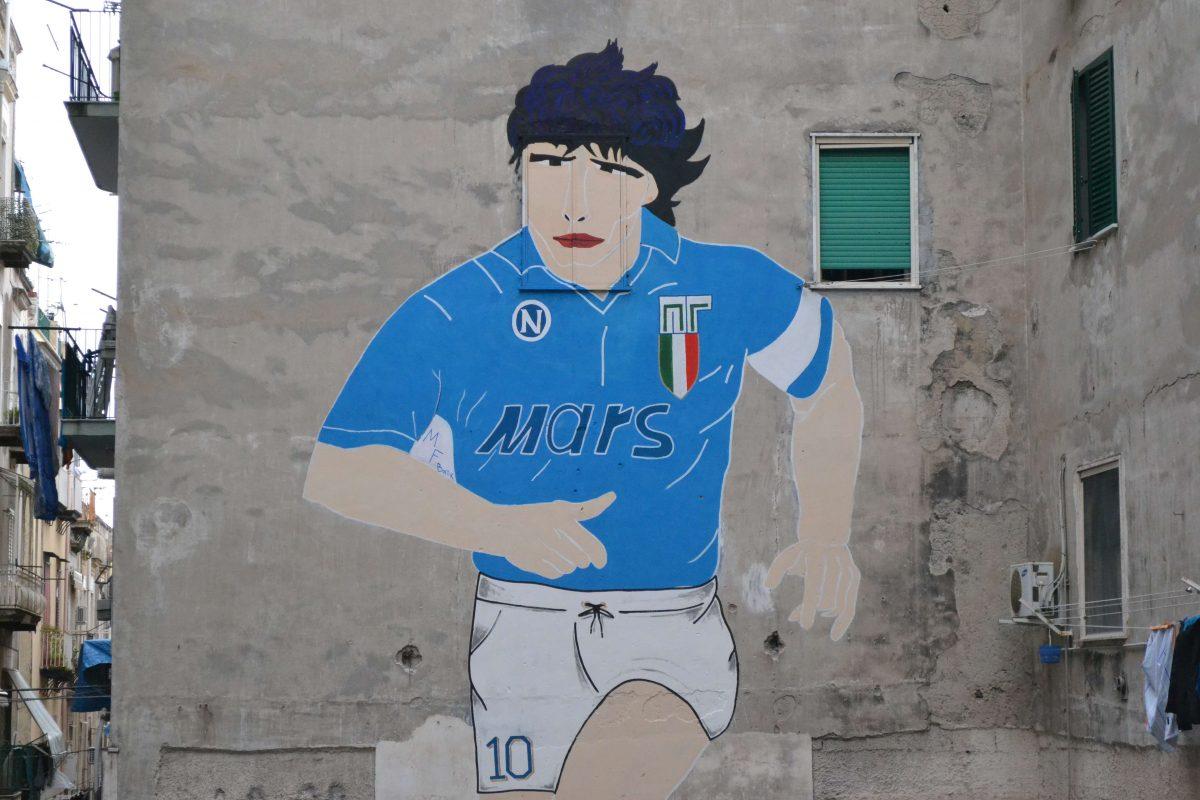 VIDEO/ Nápoles, el mural de Maradona terminò. El propietario: «No abriré jamas la ventana hasta mayo»