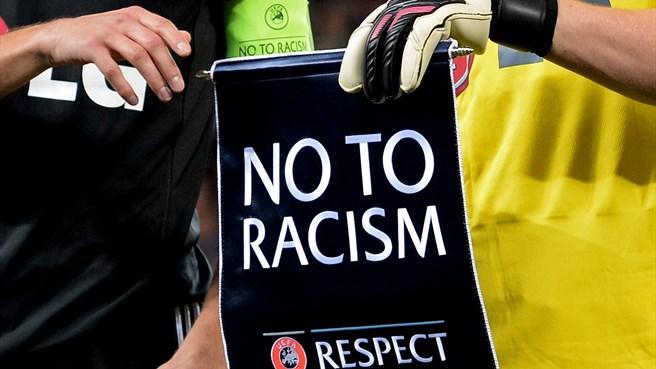 Centomila tifosi scrivono all'Uefa per combattere il razzismo negli stadi. Dall'Italia aderisce un solo gruppo