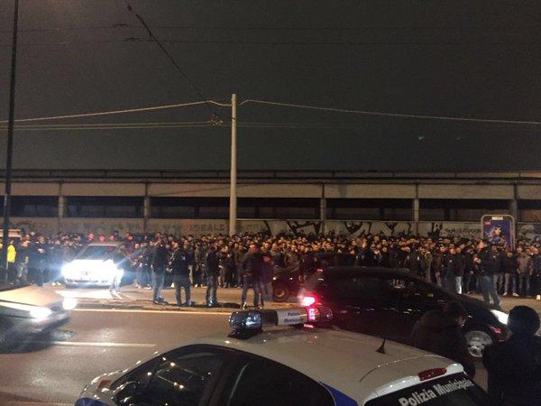 Duemila tifosi del Napoli a Capodichino per accogliere gli azzurri