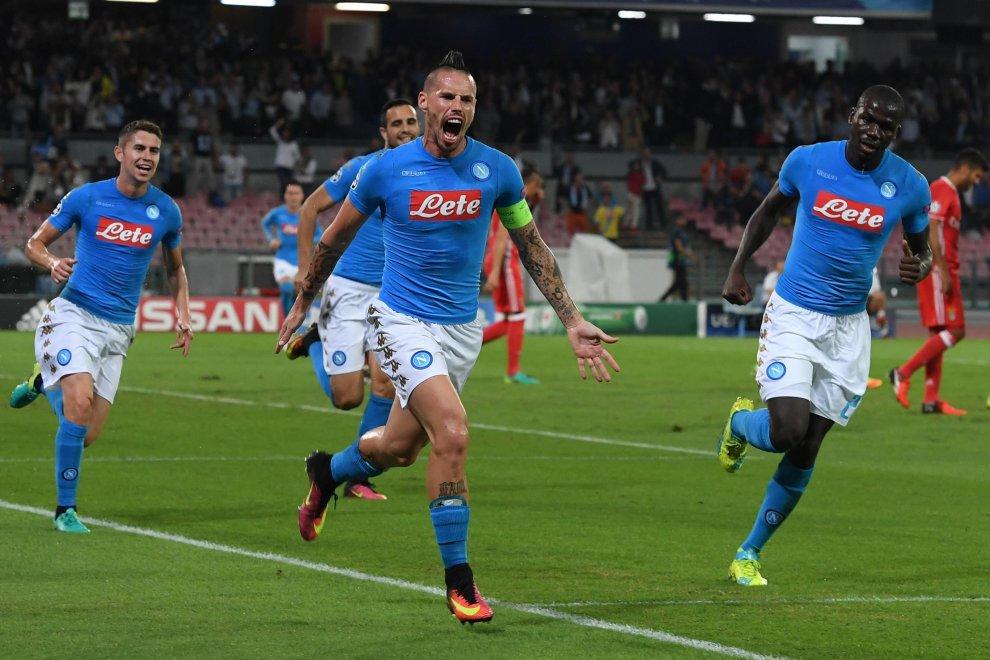 Napoli-Benfica 4-2, pagelle / La carica dei 101 della cresta di Hamsik