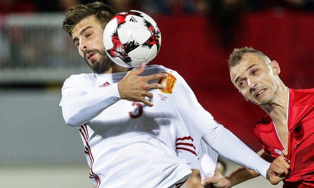 Da una manica tagliata nasce il caso Piqué che annuncia il ritiro dalla Spagna