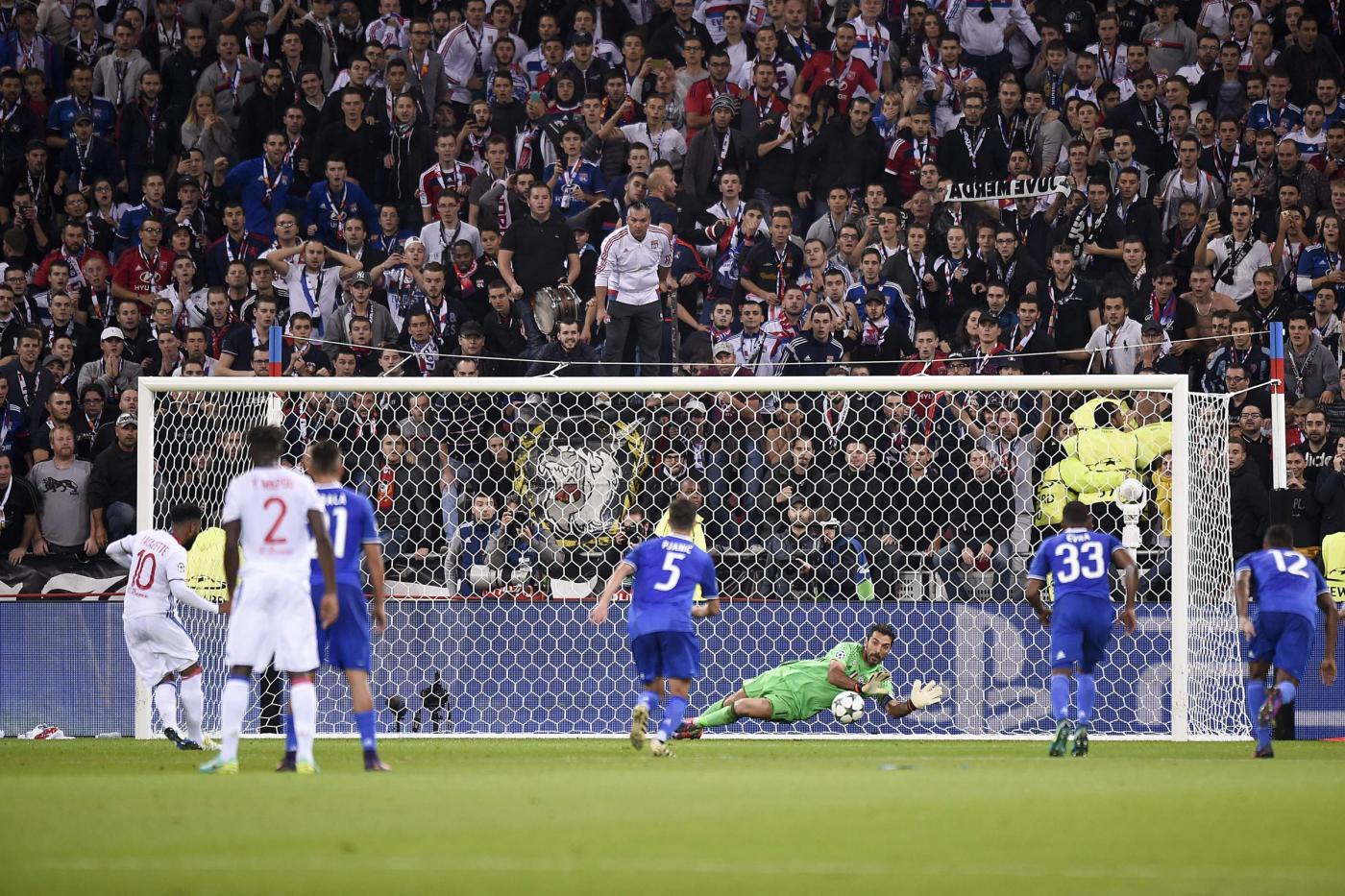 Champions, Buffon e Cuadrado salvano la Juventus: a Lione è 0-1