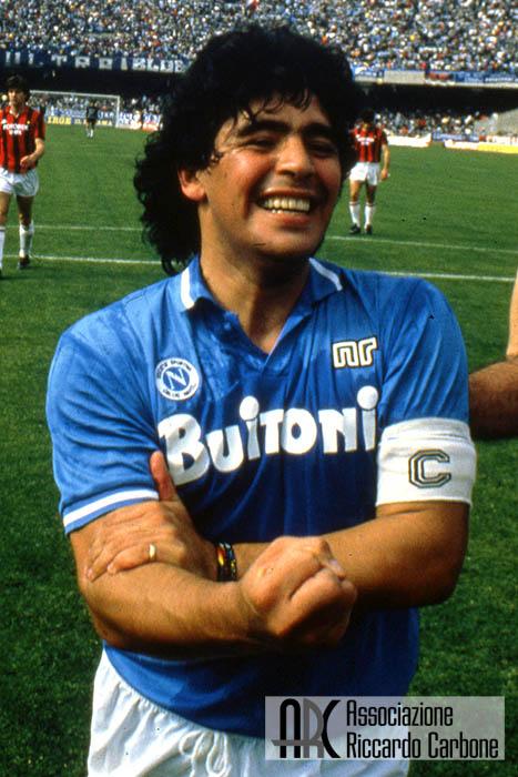 Lo 007 che pedinava Maradona racconta: una sera scese dall'auto in smoking per giocare in strada con i ragazzi