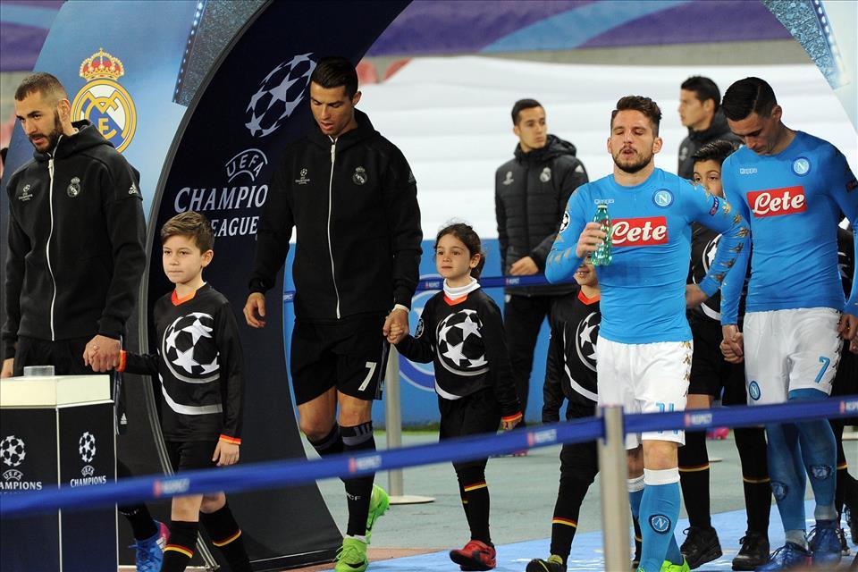 Napoli, quel bambino che piange siamo tutti noi