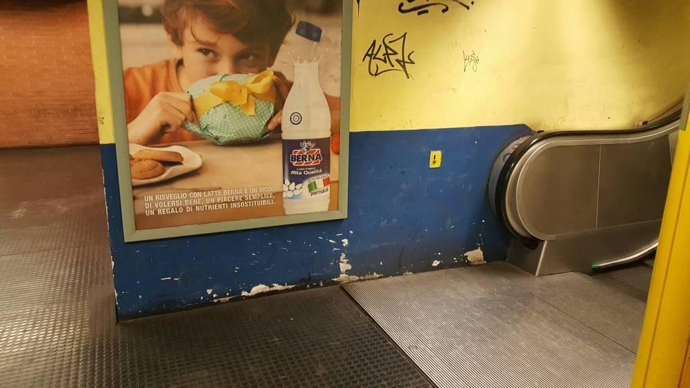 A Napoli in direzione Piscinola è un'altra metro: senza arte, senza tv, senza filodiffusione