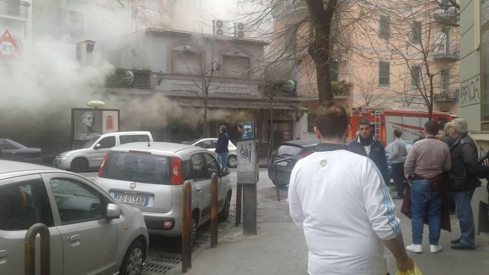 Incendio al Pub Napoli Centrale, corto circuito con la friggitrice. Fumo e fiamme al Vomero