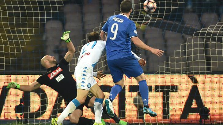 Napoli-Juve 3-2, pagelle / L'atavico vizio di Reina apre la Sagra della Vendetta di Higuain