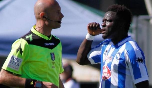 Applausi a Muntari che abbandona la partita dopo essere stato ammonito per razzismo (subito)