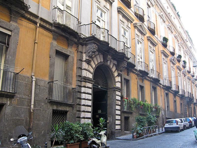 L'unico portone chiuso è quello di Palazzo Serra di Cassano