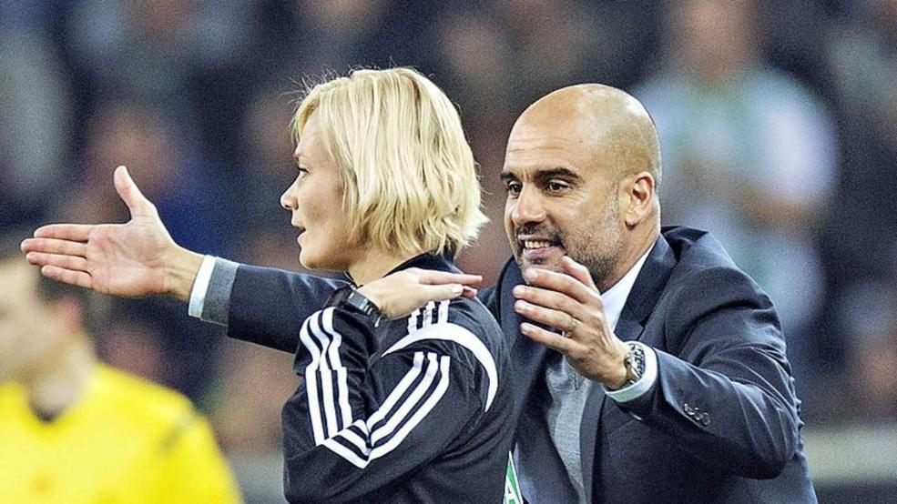 Primo arbitro donna in Bundesliga: Bibi Steinhaus tolse a Guardiola la mano dalla spalla