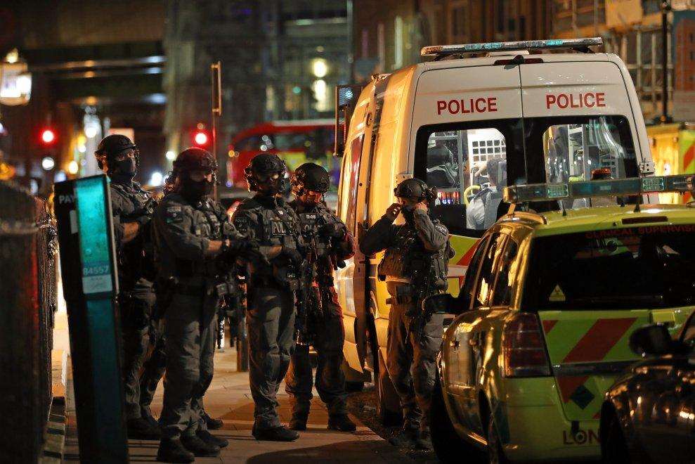 Londra, di nuovo il terrore: furgone sulla folla a London Bridge, 6 morti