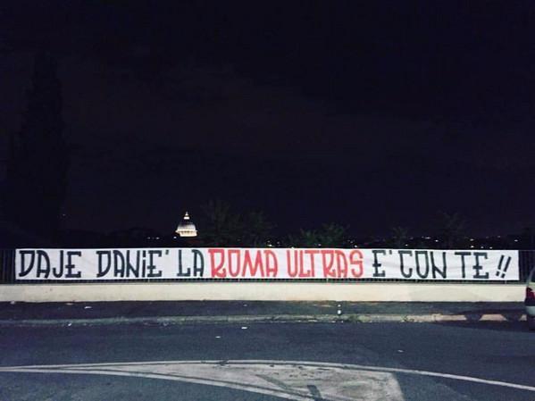 Lo striscione di sostegno a De Santis: «Danié, la Roma ultras è con te»