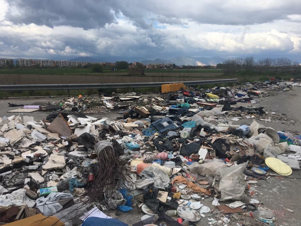 """Città piena di spazzatura, ora de Magistris se la prende coi turisti: """"Si rilassano e sporcano"""""""