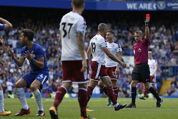 Il Chelsea di Conte (in tuta) perde in casa contro il Burnley: 2-3 e due espulsi