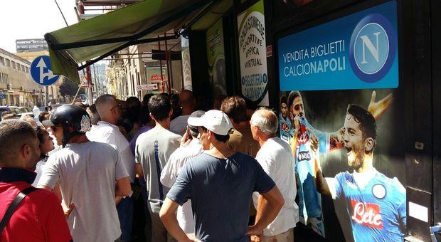 """In duecento in fila, sabato, per un biglietto di Napoli-Verona: """"il sistema è bloccato, tornate a casa"""""""