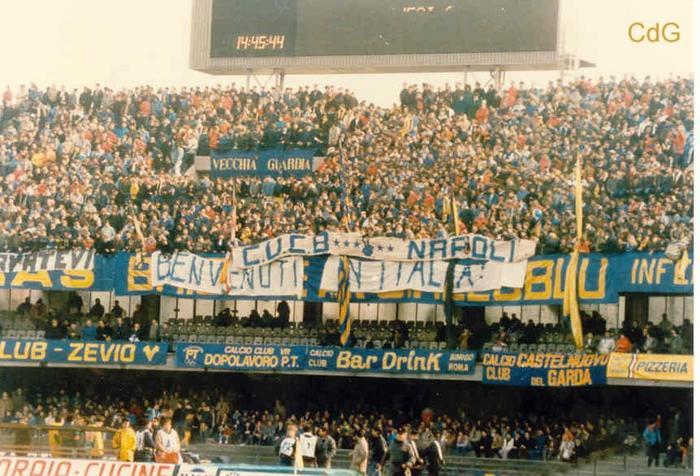"""Lo stadio di Verona grida """"scimmia"""" a ogni giocatore del Napoli annunciato dallo speaker"""