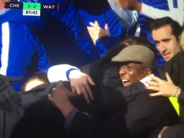 Il Chelsea vince in rimonta 4-2 sul Watford e Conte esulta lanciandosi sui tifosi