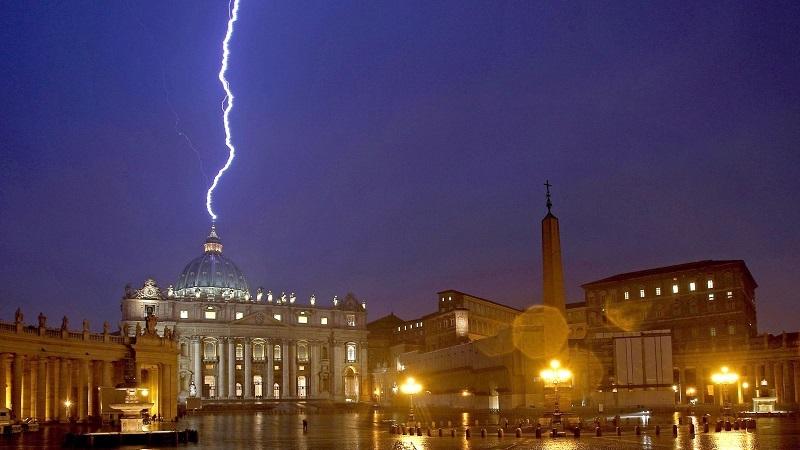 «Non c'era nessuno a San Pietro per le dimissioni di Ratzinger. Poi un fulmine…»