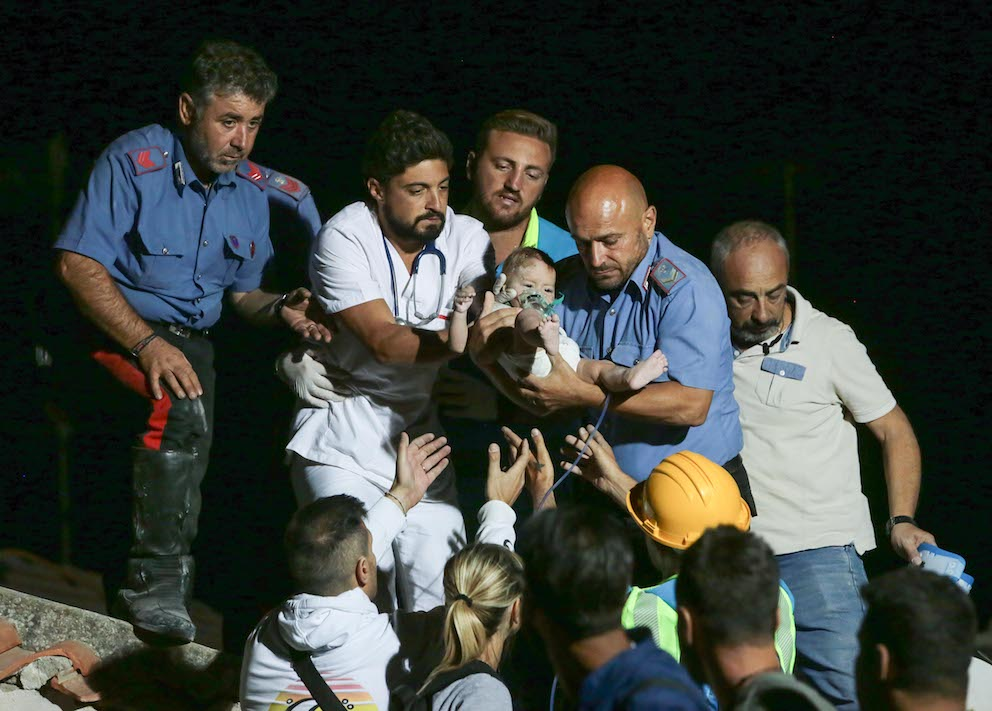 Antonio Di Laurenzio: «Così, alle 4 di notte e in lacrime, ho fotografato il salvataggio del bambino a Ischia»