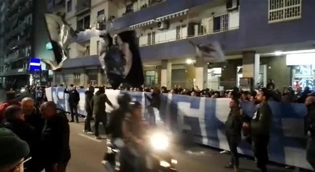 """Gli ultras festeggiano il Napoli e Sarri, c'è lo striscione """"Credi, sogna, osa"""""""