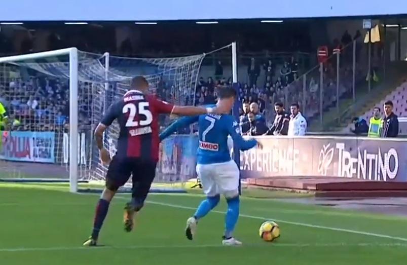 Napoli-Bologna, l'ex arbitro Marelli: «Non c'è rigore su Callejon, non punibile il mani di Koulibaly»