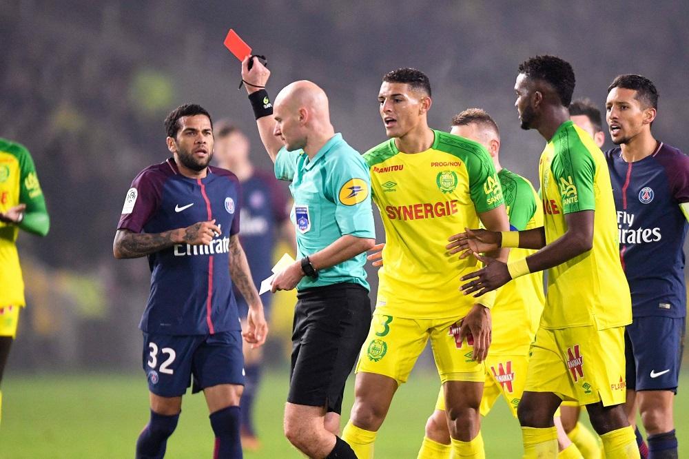 Sei mesi di sospensione per l'arbitro Chapron dopo il calcio di reazione a Diego Carlos