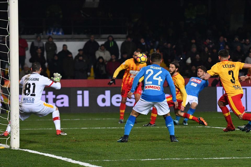 Il Napoli è la bellezza del gol di Mertens, ma non solo