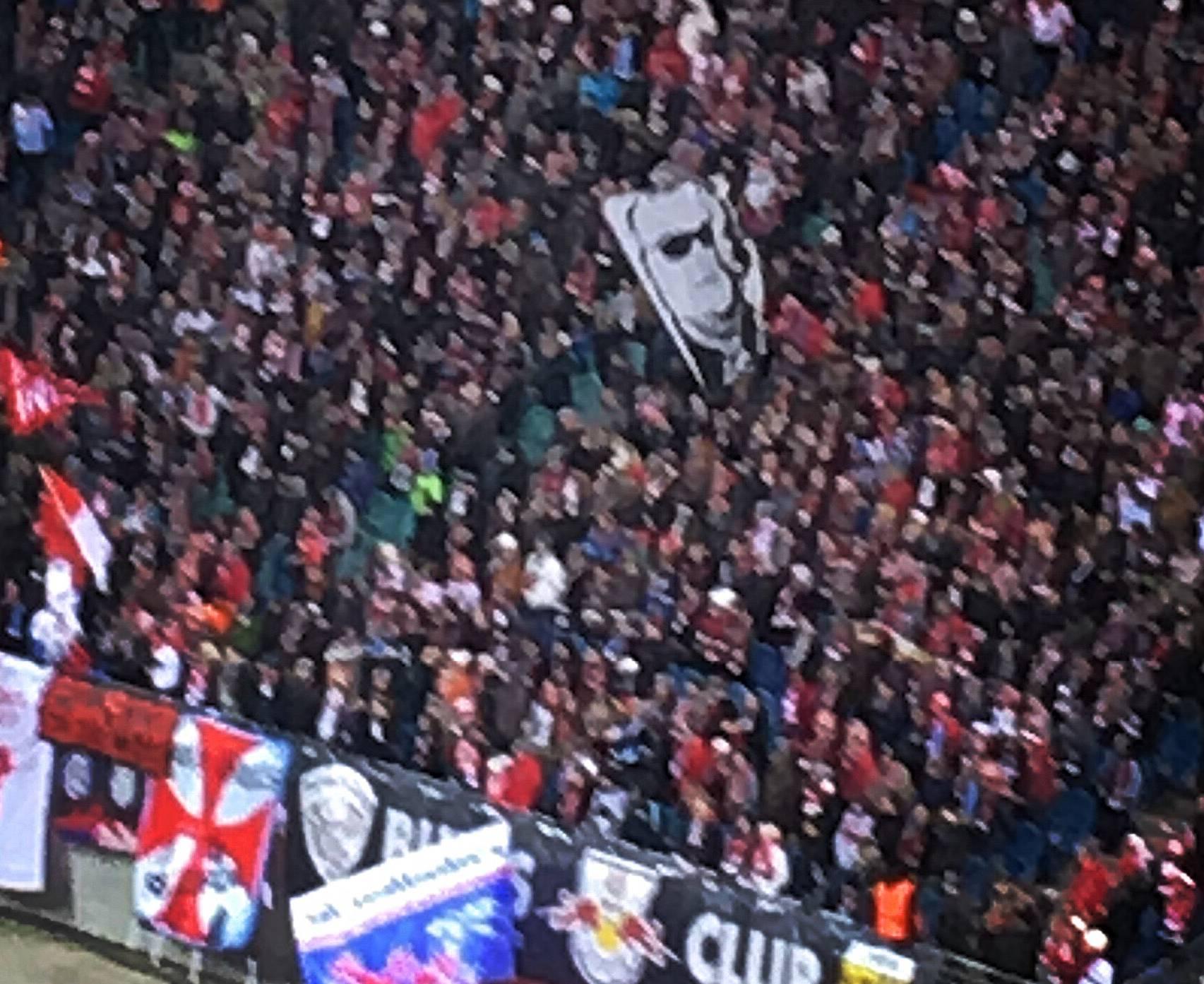 Gli ultras del Lipsia sventolano la bandiera di Bach