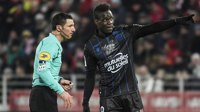 L'ammonizione ingiusta a Balotelli (bersagliato da cori razzisti) può portare l'arbitro in tribunale