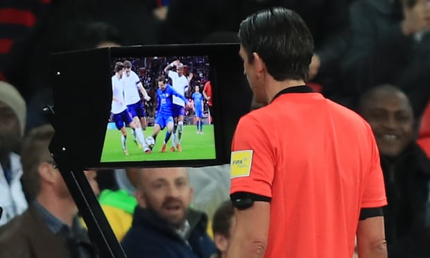 Incredibile Var in Bundesliga: review nell'intervallo, squadre richiamate in campo per un rigore
